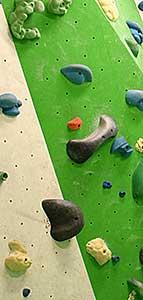 Griffe und Tritte an einer Kletterwand